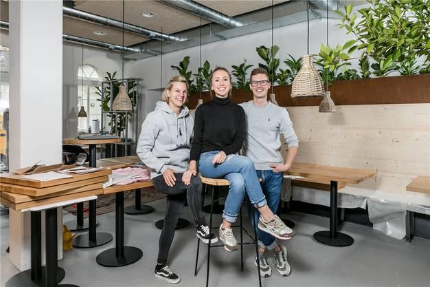 Baden, 9. November: Das Wirtepaar Désirée Sibold (links) und Tobias Krummenacher (rechts) eröffnen das neue Badener Café «Dory&Du». In der Mitte Geschäftsführerin Nina Endrizzi (Mitte).