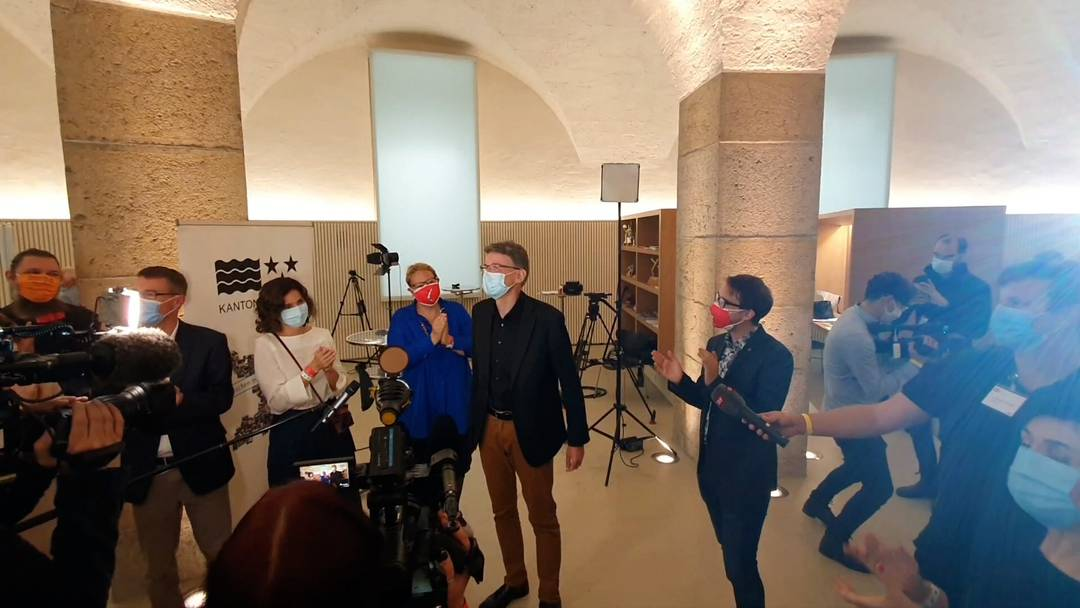 Regierungsratswahlen Aargau 2020: Jubel mit Masken zur Resultatverkündigung und viel Abstand bei der Blumenstraussübergabe