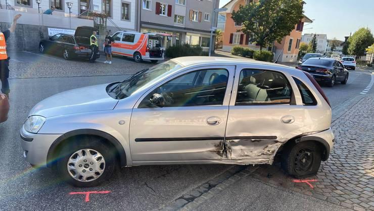 Ein Autofahrer schlief am Steuer ein und krachte in ein anderes Auto.