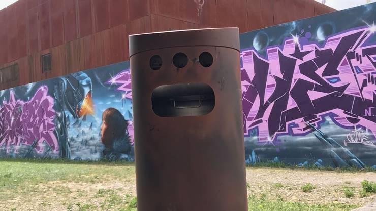 Einer der rostigen Abfallbehälter bei der Kulturfabrik Kofmehl.