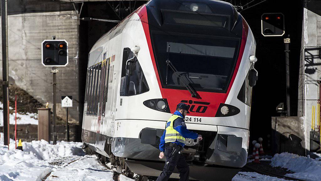 Der Unglückszug bei der Unfallstelle auf der Gotthard-Bergstrecke bei Airolo TI. Dort waren am vergangenen Dienstagmorgen zwei Bahnarbeiter vom Zug erfasst worden: Einer starb, der andere wurde schwer verletzt. Jetzt ermittelt die Staatsanwaltschaft. (Archivbild)