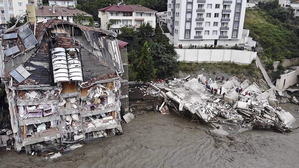 Ein Luftbild zeigt zerstörte Gebäude nach Überschwemmungen und Schlammlawinen in Bozkurt.