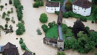 Auch beim Schloss in Zwingen kam es beim Hochwasser im August 2007 zu heftigen Überschwemmungen.