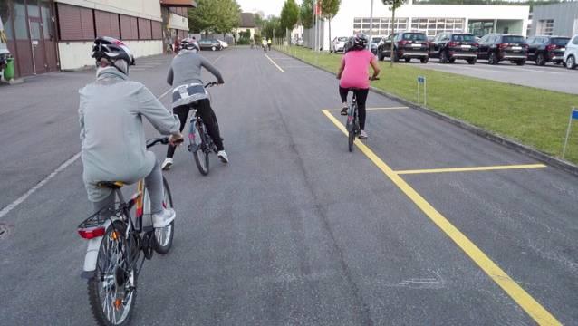 Gleichgewicht halten, in die Pedalen treten, bremsen, Slalom fahren,  links abbiegen - die Frauen üben unermüdlich das Velofahren