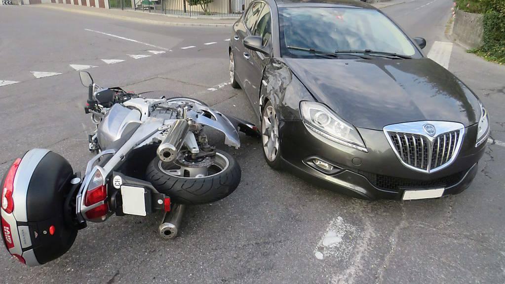 Beim Zusammenstoss mit einem Auto erlitt der vortrittsberechtigte Töfffahrer Verletzungen.