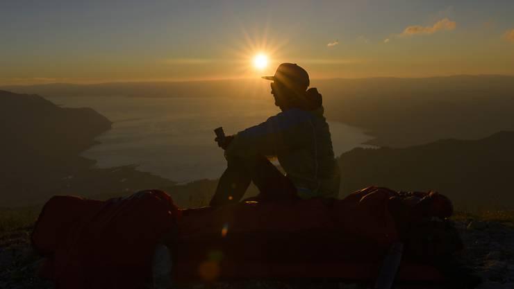 Sonnenuntergang über dem Genfersee: An Orten in Seenähe, beispielsweise in Vevey, blieben die Temperaturen in der Nacht auf Freitag über 20 Grad. (Archivbild)