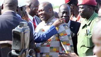 Ex-Rebellenführer Riek Machar (Mitte, im bunten Hemd) wird bei seiner Ankunft in der südsudanesischen Hauptstadt Juba begrüsst.