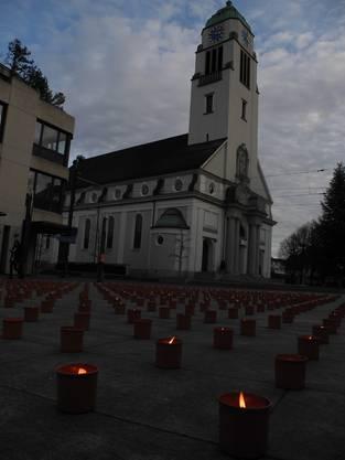 Dietiker Kirchenplatz voller Kerzen