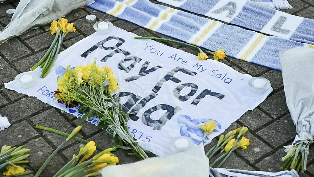 Gedenkstätte mit Blumen ausserhalb des Cardiff City Football Club. Der verschollene Fussballer Emiliano Sala sollte für den britischen Club spielen. Die Kritik am Abbruch der Suchaktion ist laut. Der Pilot hätte die vom Radar verschwundene Maschine offenbar gar nicht fliegen dürfen.