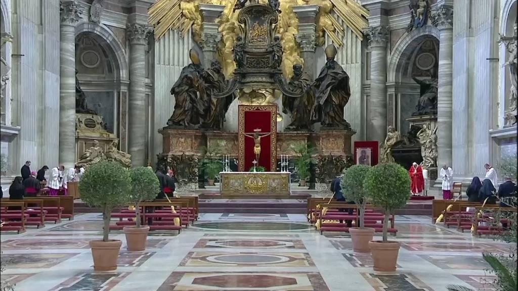 Papst hält Palmsonntags-Messe vor leeren Bänken