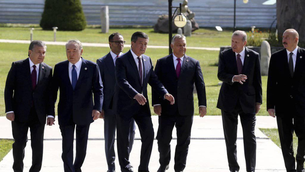 Ungarns Ministerpräsident Viktor Orban (3. von rechts) hat an einem Treffen der Präsidenten Zentralasiens einen Beobachterstatus.