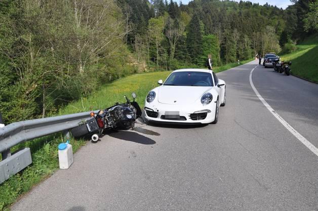 In Erschwil verletzte sich ein Motorradfahrer bei einem Unfall mittelschwer.