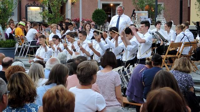 Beim Erdbeeribrunnen in Brugg spielt die Musik