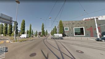 An der Kreuzung Walisellen-/Thurgauerstrasse wäre beinahe ein VBZ-Bus mit einer Velofahrerin kollidiert. Eine Vollbremsung verletzte jedoch mehrere Passagiere des Busses.