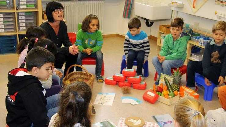 Schulzahnpflege-Instruktorin Caroline Jaeggi übergibt den «Hermesbühl»-Kindern die Znünibox und wirbt für eine gesunde Zwischenverpflegung.