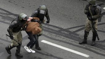 Mit massiver Gewalt sind Sicherheitskräfte in Belarus den Demonstrationen gegen Machthaber Alexander Lukaschenko entgegengetreten. Foto: AP/dpa