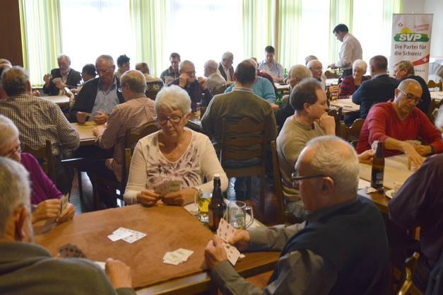 """Im Gasthof """"Zum Weissen Rössli"""" trafen sich 36 Spieler zum SVP-Jass."""