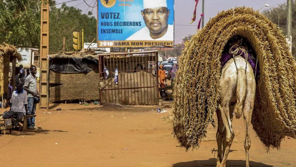 Wahlplakat mit Hama Amadou vor der ersten Wahlrunde vom 21. Februar.