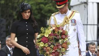 Prinz Harry (34) und seine schwangere Ehefrau Meghan (37) legten am Samstag im Hyde Park in Sydney einen Kranz am Anzac Memorial nieder.