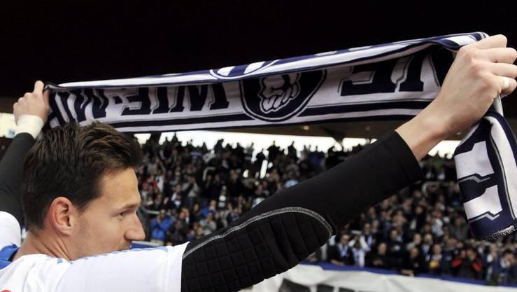 Johnny Leoni verabschiedet sich von den Fans nach dem Spiel gegen Servette am Sonntag, 13. Mai 2012.