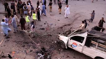 Bei einem Bombenanschlag im Südwesten Pakistans sind mindestens fünf Menschen getötet und mehr als 25 weitere verletzt worden.