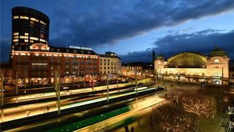 Die schmucke nächtliche Beleuchtung trügt: Der Centralbahnplatz sorgt vielerorts für Kritik.