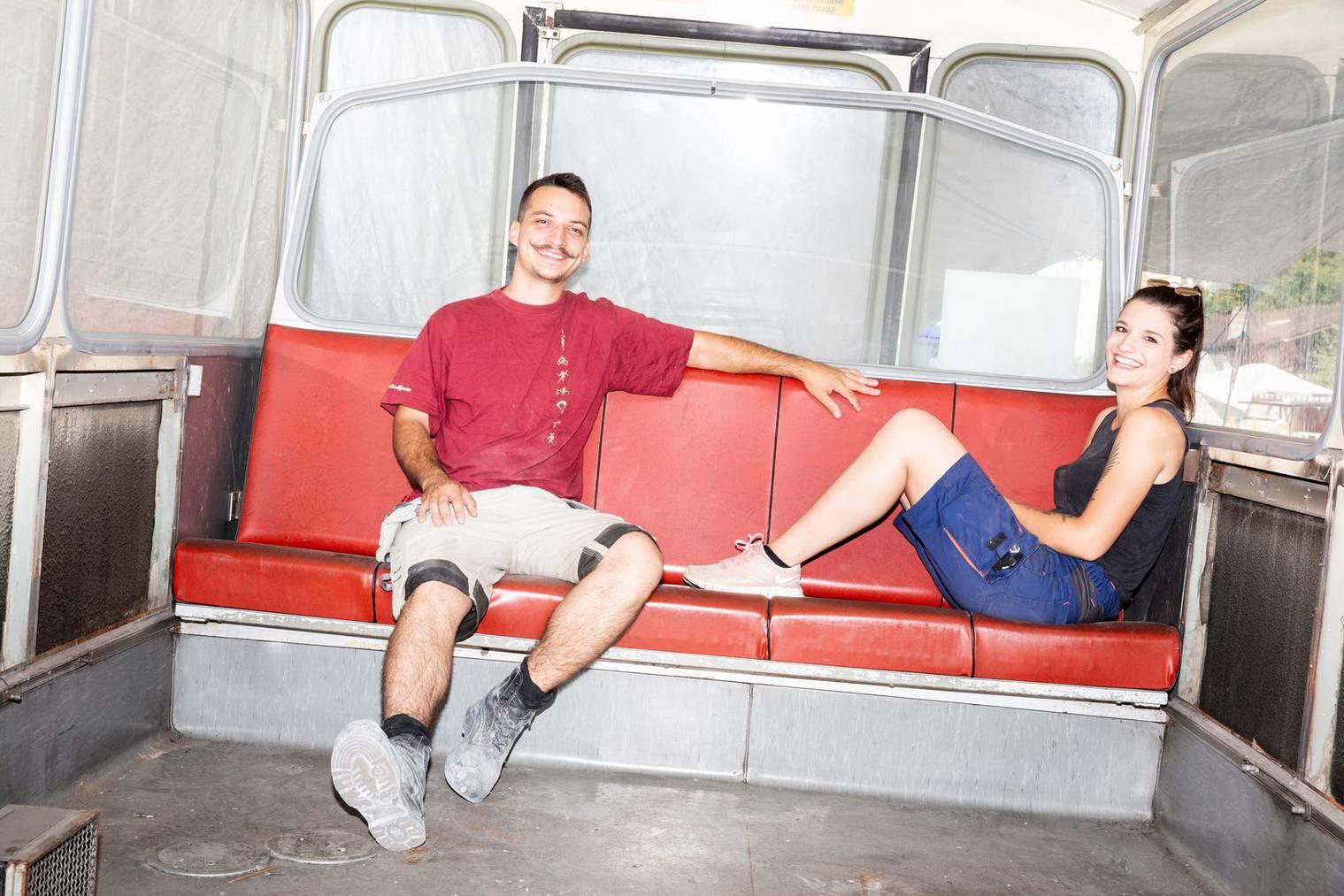 Samuel Rohrhirs und Astrid Dörig sitzen im Postauto, welches in ein Kiosk umfunktioniert wird.