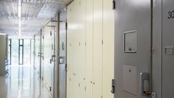 Eine Zellentür in der Justizvollzugsanstalt Thorberg. Der Bund will Sicherheitslücken im Umgang mit gefährlichen Straftätern schliessen.
