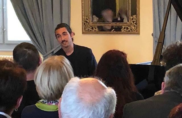 Weltklassepianist Teo Gheorghiu spricht zum begeisterten Publikum