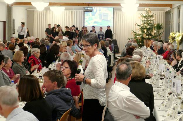 Heimleiter Ralph Huggel begrüsst Bewohner und deren Angehörige zur Weihnachtsfeier