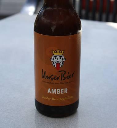 Überschäumend Das Unser Bier ist inzwischen auch schon fest im Herzen der Bebbi verankert. Besonders das Amber zählt eine stetig wachsende Fangemeinde. Das mag an der matten Sonnengelbe liegen, der typischen Farbe des Naturtrüben. Auch der Gout ist bekannt. Ein würzig-hopfiges Gefühl im ersten Moment wird begleitet von einem säuerlichen Grundton, der nur leicht durch einen salzigen Abgang abgerundet wird. Viel Kohlensäure sorgt bei einigen für überschäumende Freude, während andere sich über den Schaumschnauz beklagen. Alles in allem ist das Unser Bier ein grundsolider Gerstensaft, der Bierliebhaber nicht enttäuscht, aber auch nicht einen ganz besonderen Charakter hat. Die lustige Etikette mit dem Lällekönig als Markenzeichen ist dafür unverwechselbar. Schmeckt ein bisschen wie ein Fussballmatch mit einer Wurst dazu. Note 4.5