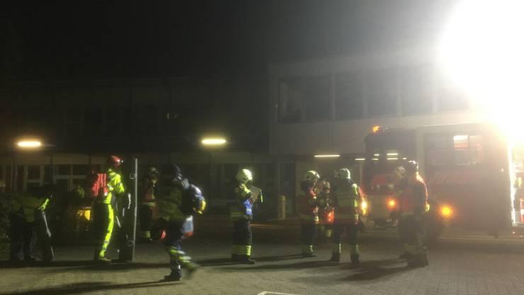 Der Einsatzleiter der Feuerwehr (rechts) und der Einsatzleiter der Samariter (links) arbeiten Hand in Hand auf dem Schadenplatz zusammen.