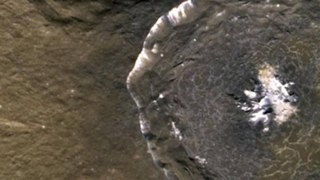 Aufnahme eines Kraters auf dem Planeten Merkur. Dieser ist der kleinste Planet unseres Sonnensystems und noch weitgehend unerforscht. (Archivbild)