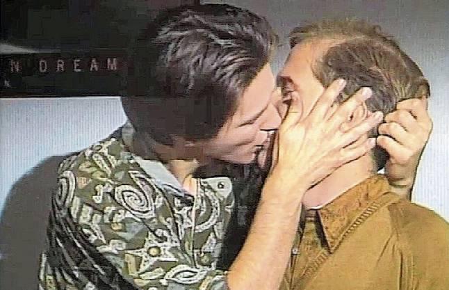 Folge 224: Der Tabubruch von 1990 mit einem Schwulenkuss im deutschen Fernsehen. Carsten Flöter (Georg Uecker) und Robert Engel (Martin Armknecht) küssen sich.