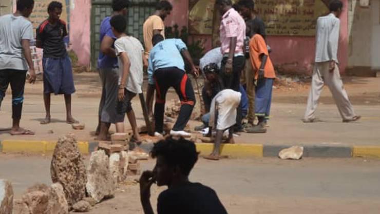 Die Lage im Sudan blieb weiterhin angespannt. Im Norden der Hauptstadt Khartum errichteten hunderte Bewohner aus Steinen Strassenbarrikaden. Nach dem gewaltsamen Vorgehen der Armee gegen die Protestbewegung ist die Zahl der Toten auf 60 gestiegen.
