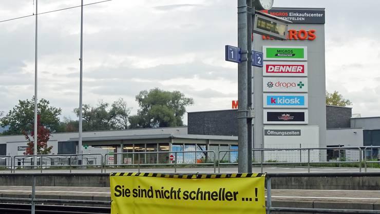 """Haltestelle Uerkenbrücke Oberentfelden. """"Der Gang über die Gleise hat teure Folgen"""": Soll ich nun über die Gleise und den Zug nehmen oder gehe ich doch lieber zu Fuss?"""