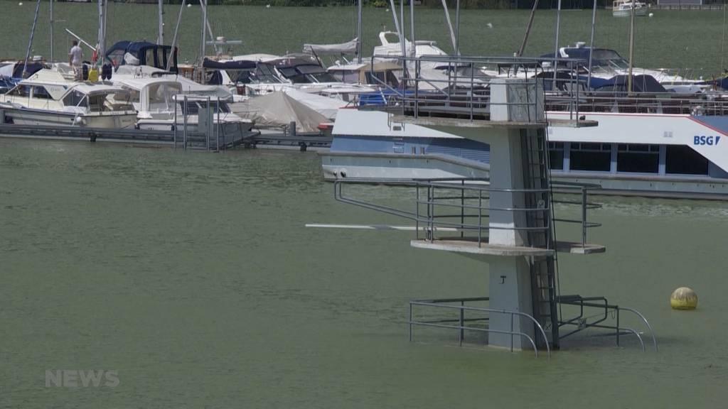Gelassene Stimmung trotz Hochwasser: Pegel geht in Biel langsam zurück, Schwemmholz bleibt