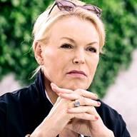 Katja Stauber – ModeratorinKatja Stauber wurde am 23. August 1962 in Blomberg (D) geboren und wuchs in Südwestafrika auf, bis die Familie in ihrem siebten Lebensjahr in die Schweiz zog. Nach ihrer Matura auf dem zweiten Bildungsweg und vier Semestern Jurastudium moderierte sie ab 1984 bei Radio 24, European Business Channel und Radio Z. Seit 1992 ist Stauber Moderatorin und Redaktorin der SRF-«Tagesschau». Sie lebt am Zürichsee, hat zwei erwachsene Söhne aus erster Ehe und ist mit «Tagesschau»-Kollege Florian Inhauser (51) verheiratet. (rho)