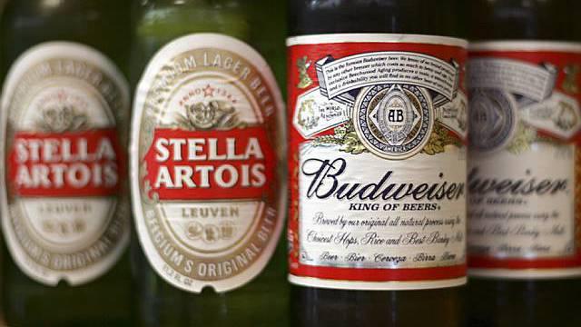 Bierflaschen der Marken Stella Artois und Budweiser (Archiv)