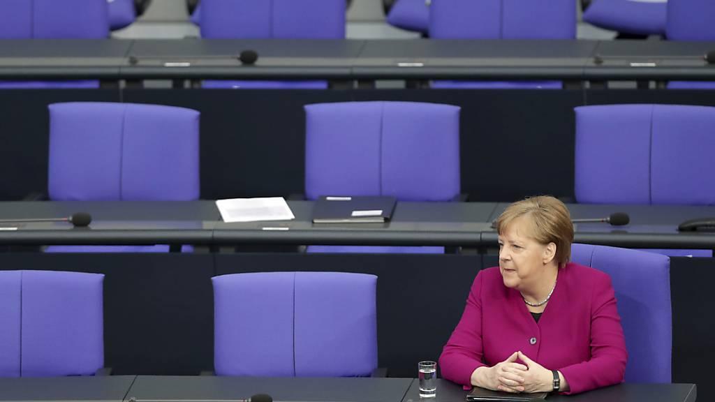 Die deutsche Bundeskanzlerin Angela Merkel hat in einer Regierungserklärung die Bürger in der Corona-Krise auf noch lange anhaltende Beschränkungen eingestellt.