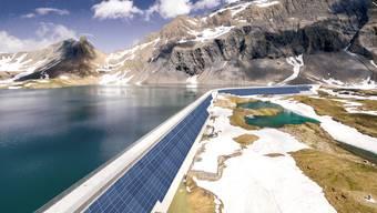 So soll die Solaranlage an der Glarner Muttsee-Staumauer aussehen, wie dieser Visualisierung der Axpo zeigt.
