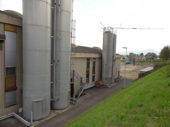 Im Vordergrund bestehende Novoplast-Gebäude und hinten das Neubau-Areal