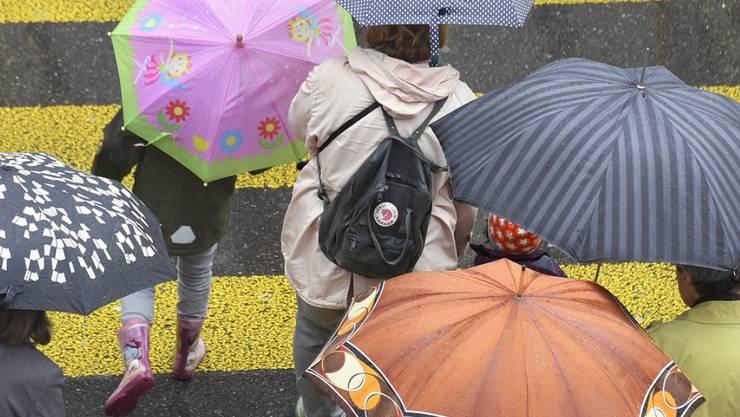 Regenschirme und Mäntel statt Frühlingsgefühle im Wonnemonat Mai.