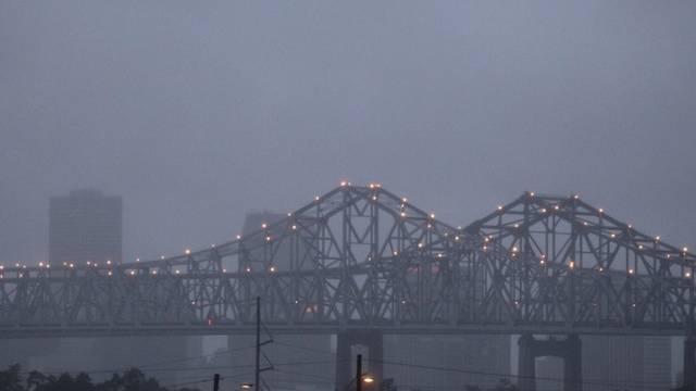 Regenwolken über den Crescent City Connection Brücken in New Orleans