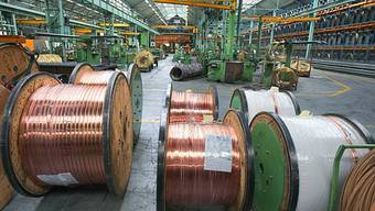 Kupferbänder in Metallfabrik. (Symbolbild)