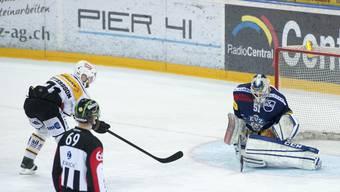 Die umstrittene Penalty-Szene im ersten Viertelfinal-Spiel zwischen Lugano und Zug.
