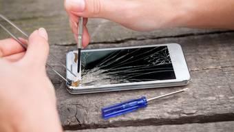 Der Umgang mit Ressourcen – etwa durch die Reparatur von Smartphones – ist heute Unterrichtsthema.