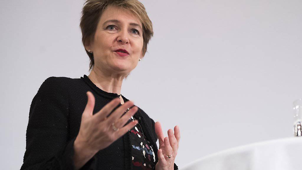 Selon Simonetta Sommaruga, les entreprises doivent se conformer aux normes sociales et environnementales, au risque de voir leur image se dégrader auprès du public.