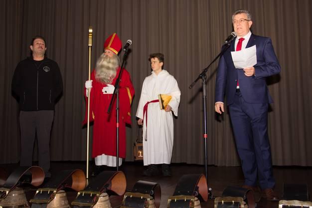 St. Nikolaus darf sich in Wohlen über den Kulturpreis freuen. Gemeinderat Paul Huwiler ehrt St. Nikloaus Brauchtum, mit dabei Chlausvater Röfe Wüst (l.).