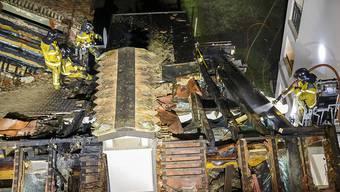 Erst nach mehreren Stunden hatten die Feuerwehrleute den Brand im Dachstock des Hauses in einem Genfer Wohnquartier unter Kontrolle.